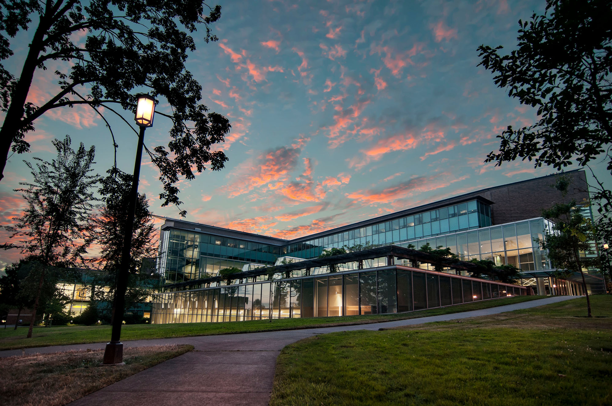 """WILLAM H. GATES HALL, Home to UW Law, with six stories of naturally lit space, art collections, the largest library in the Northwest and high-tech """"smart"""" classrooms."""